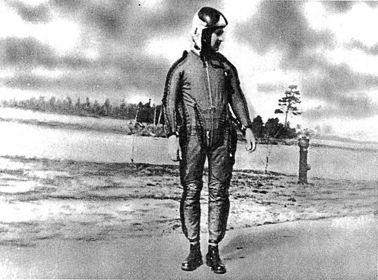Капитан Б.В. Капустин в костюме для полета в стратосфере