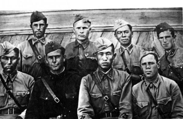 Группа из артдивизиона 110-й Отдельной калмыцкой кавдивизии.