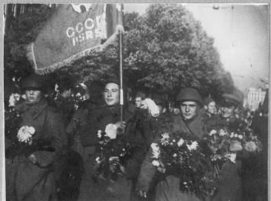 Солдаты 130-го Латышского стрелкового корпуса вступают в Ригу. 15 октября 1944 г.