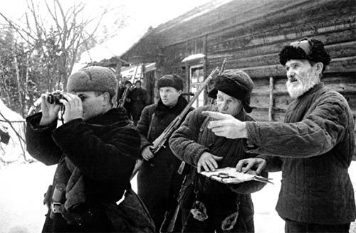 Лесник В.И. Орлов (справа) передает партизанам Солнечногорского района сведения о расположении фашистов