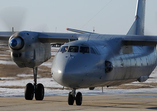 Спасатели авиабазы морской авиации объединения выполняют парашютные прыжки с самолета Ан-26