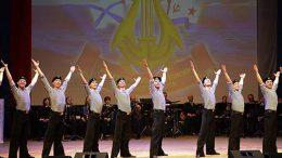 На сцене Дома офицеров Западного военного округа артисты Северного флота