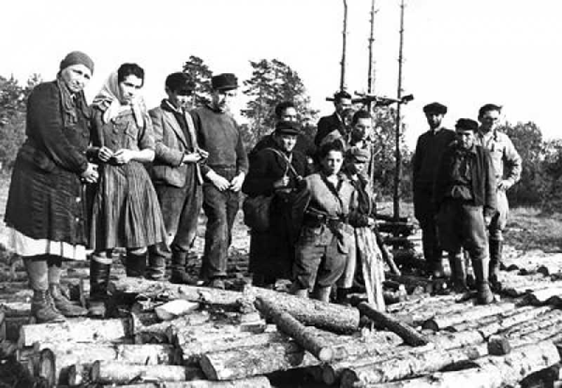 На снимке: на месте лагеря Клоога (Эстония), 1944 г.