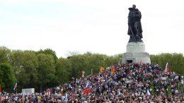 9 мая на советских воинских мемориалах в Трептов-Парке и Тиргартене состоялись торжественно-траурные мероприятия, посвященные 73-й годовщине Победы советского народа над фашизмом