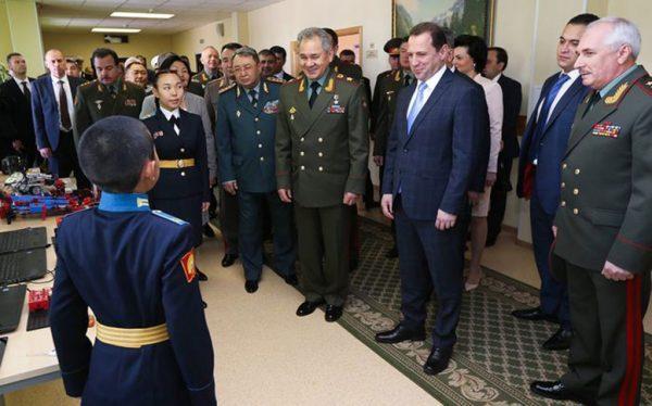 Знакомство с воспитанниками Кызыльского Президентского кадетского училища. Фото Вадима САВИЦКОГО.