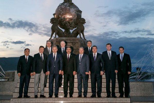 Участники саммита на фоне скульптурной композиции «Центр Азии» на набережной Енисея. Фото Вадима САВИЦКОГО.