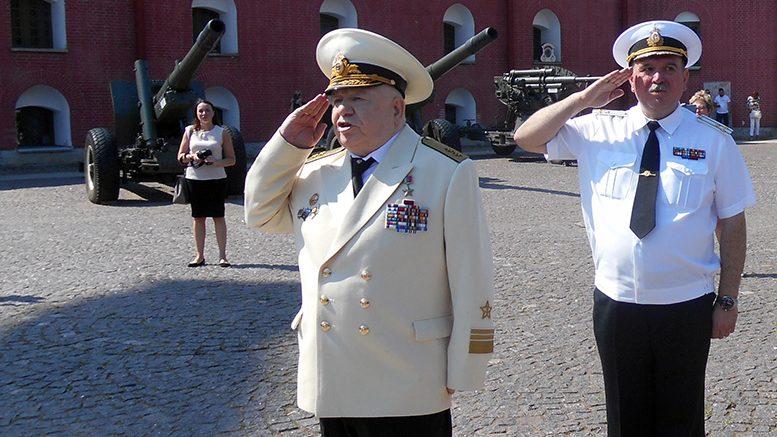 Герой России вице-адмирал М.В.Моцак и капитан 1 ранга М.В.Юрченко