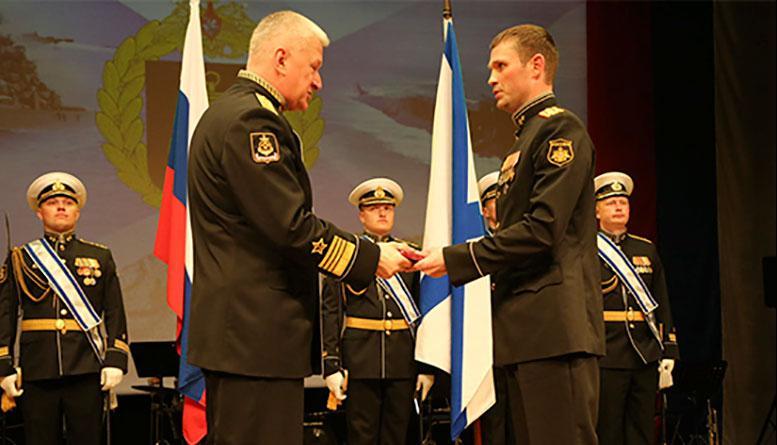 Командующий Северным флотом вручил государственные награды отличившимся офицерам