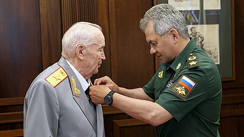 Министр обороны генерал армии Сергей Шойгу поздравил Махмута Гареева с 95-летием и вручил госнаграду