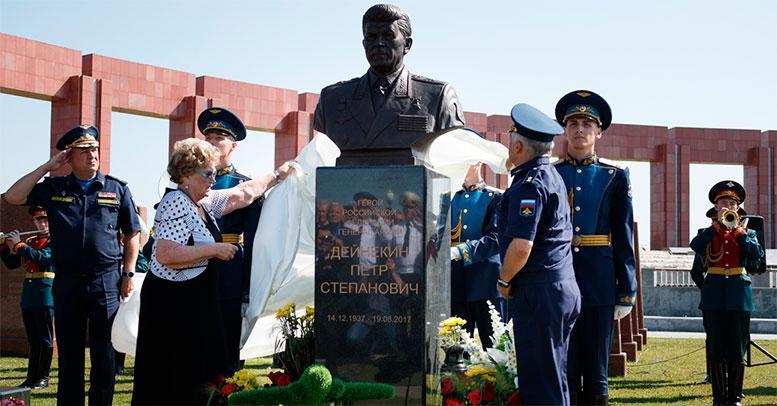 На Федеральном военном мемориальном кладбище открыли памятник Герою России генералу армии Петру Дейнекину
