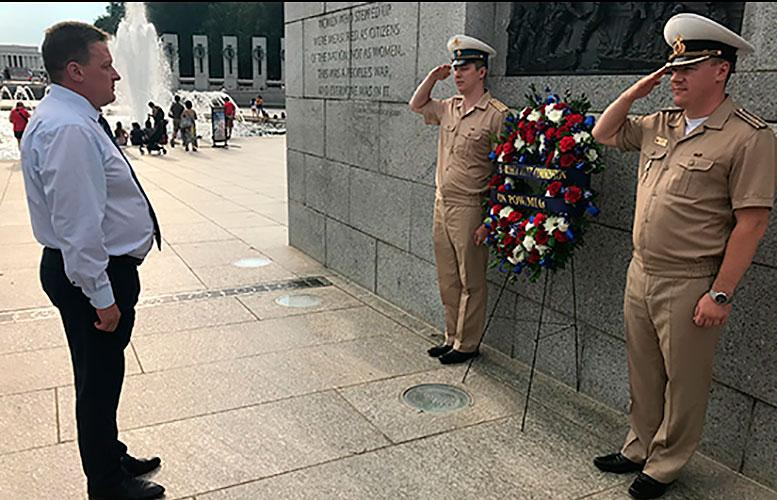Члены российско-американской Комиссии по делам военнопленных и пропавших без вести посетили Мемориал Второй мировой войны в центре Вашингтона