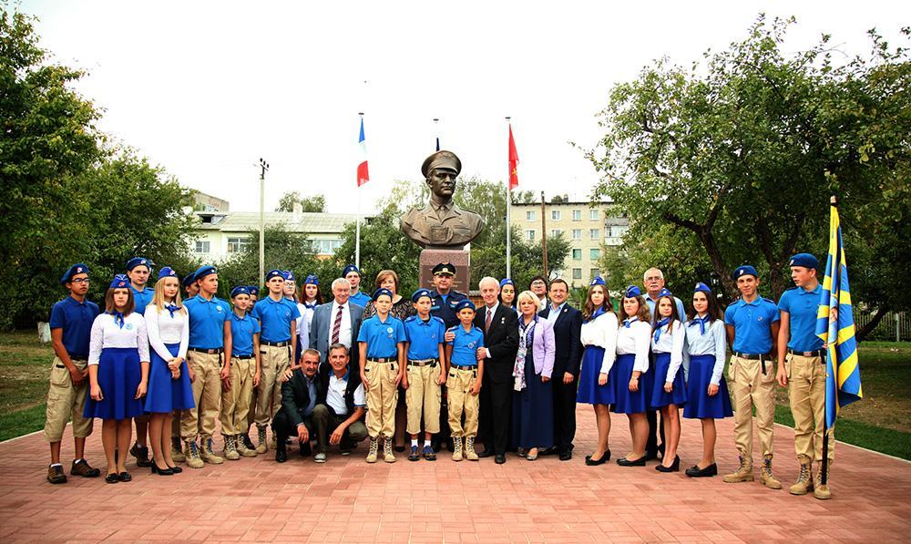 В Козельске открылся памятник летчику авиаполка «Нормандия-Неман» Марселю Альберу