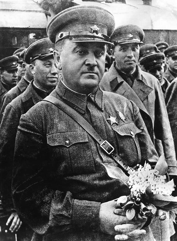 Народный артист СССР генерал-майор А.В. Александров возглавлял ансамбль на протяжении 18 лет.