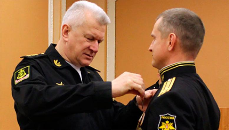 Командующий Северным флотом вручил награды подчинённым