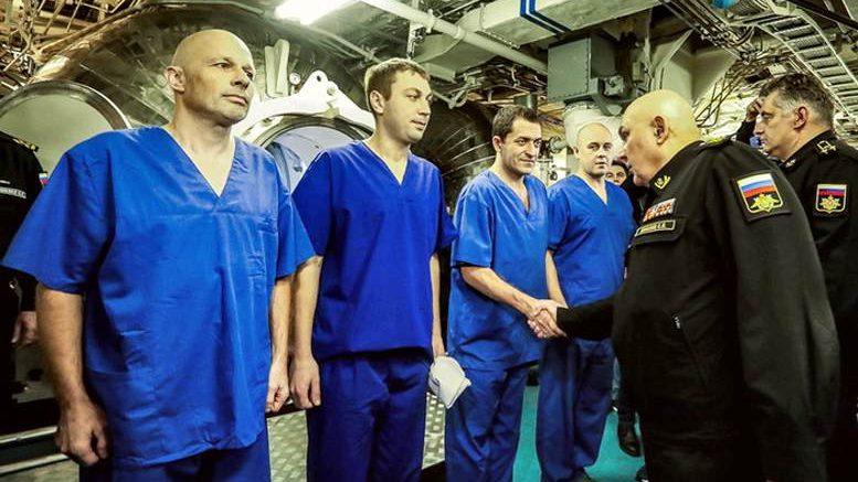 Поздравление командующего ТОФ адмирала Сергея АВАКЯНЦА. Фото Никодима Берестова.
