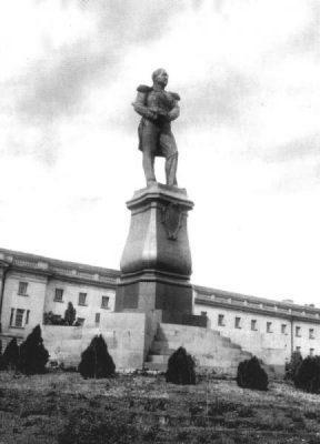 Утраченный памятник выдающемуся русскому флотоводцу и мореплавателю, адмиралу, командующему Черноморским флотом МихаилуПетровичуЛазареву. Автор — скульптор НиколайСтепановичПименов.