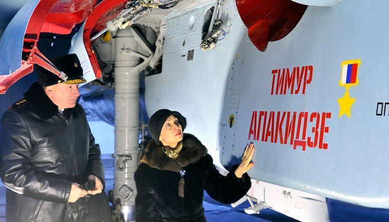 Лариса СЕВЕРИКОВА у самолёта имени её отца. Фото Льва ФЕДОСЕЕВА.