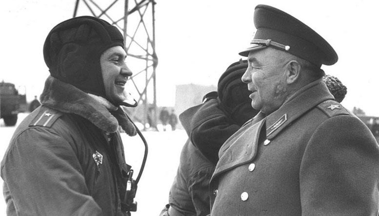 В.Ф. Маргелов с сыном Александром после его десантирования внутри БМД.