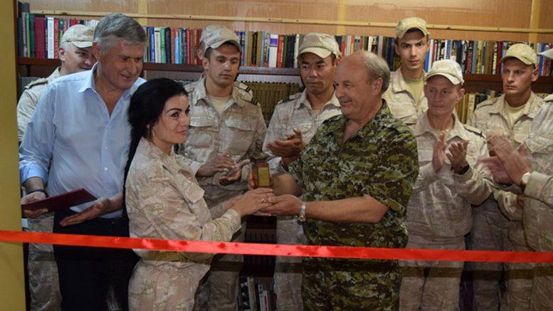 Перед открытием выставки книжных новинок в Хмеймиме.