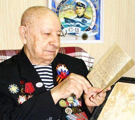 Михаил КОРОБЕЙНИК перелистывает свой дневник.