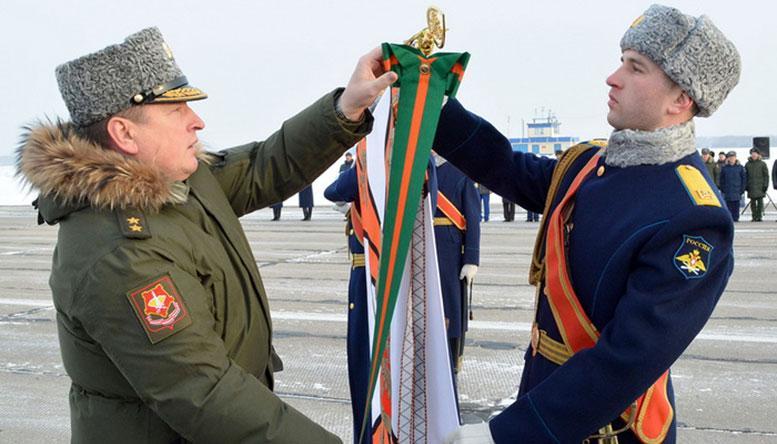 Командующий войсками ЦВО генерал-лейтенант Александр ЛАПИН прикрепляет орден Суворова на Знамя авиаполка.