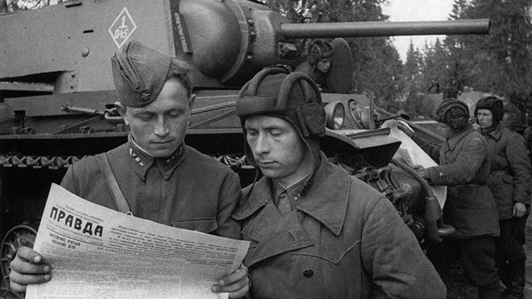 """Газета """"Правда"""" прибыла к танкистам"""