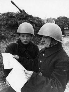 Воины-артиллеристы с газетой на боевой позиции