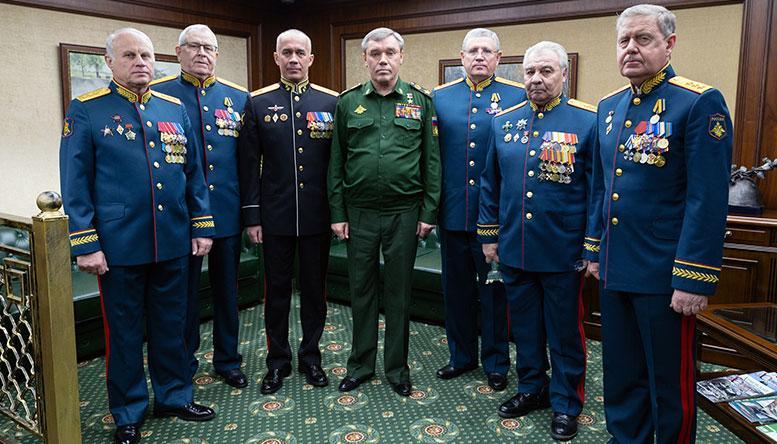 Генерал армии Валерий Герасимов с участниками юбилейного мероприятия.