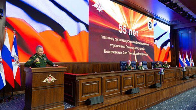 Сергей Шойгу вручил ордена и медали ряду офицеров ГОМУ ГШ ВС РФ.