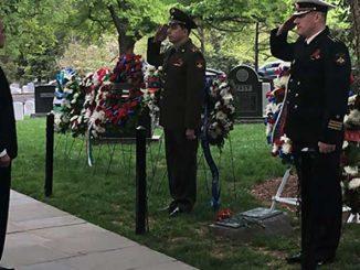 На Арлингтонском Национальном кладбище прошла ежегодная церемония возложения венков к мемориальной плите «Дух Эльбы»