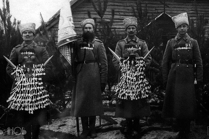 Нижние чины — георгиевские кавалеры 277-го пехотного Переяславского полка с полковым знаменем и щитами с Георгиевскими крестами и медалями, предназначенными для вручения солдатам полка. Фотография 26 ноября 1916. РГВИА