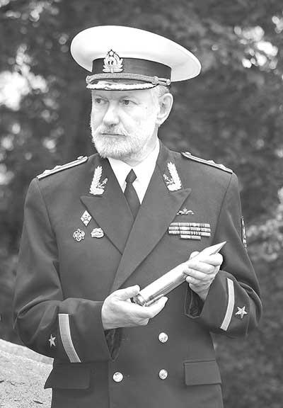 Валерий Новиков на церемонии уста- новки памятной доски.