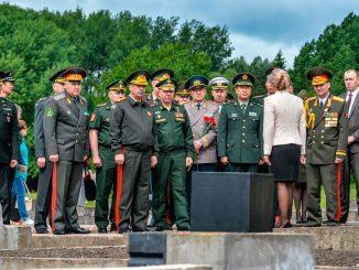 Командующий войсками ЗВО генерал-полковник Александр Журавлев в Хатыни почтил память погибших в годы Великой Отечественной войны