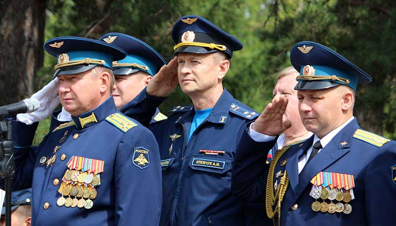 Командование филиала ВУНЦ ВВС «ВВА» в Челябинске во главе с начальником полковником Игорем ШВЕДОВЫМ (слева) поздравляет с 75-летием со дня образования базы.
