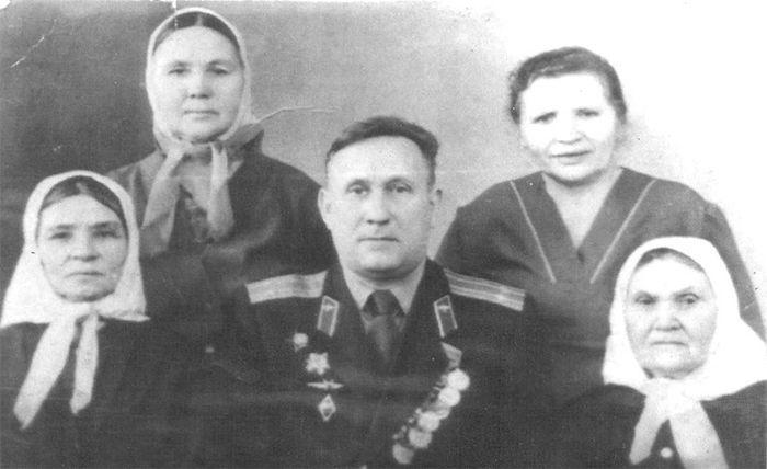 Подполковник Иван ШИПУЛЯ в Землянске с женщинами, самоотверженно спасавшими его во вражеском плену.