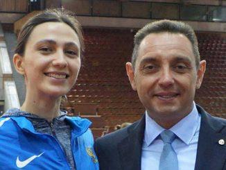 Двукратная чемпионка мира по прыжкам в высоту старший лейтенант Мария ЛАСИЦКЕНЕ с министром обороны Сербии.