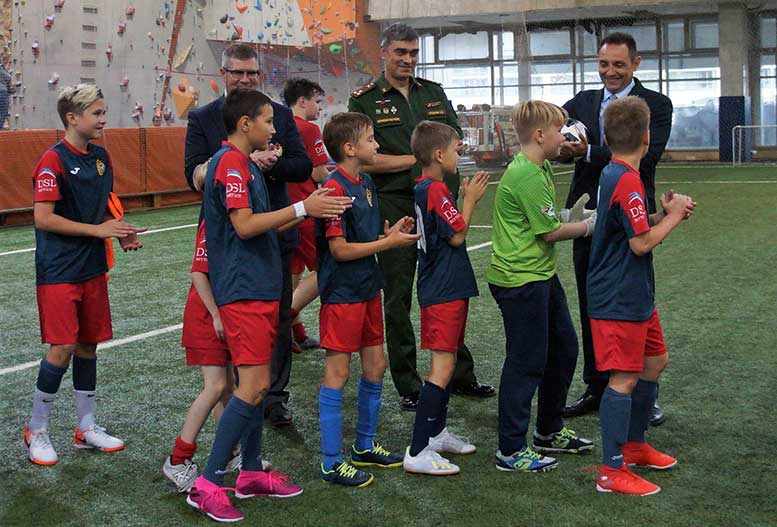 Юные футболисты ЦСКА подарили гостю мяч.