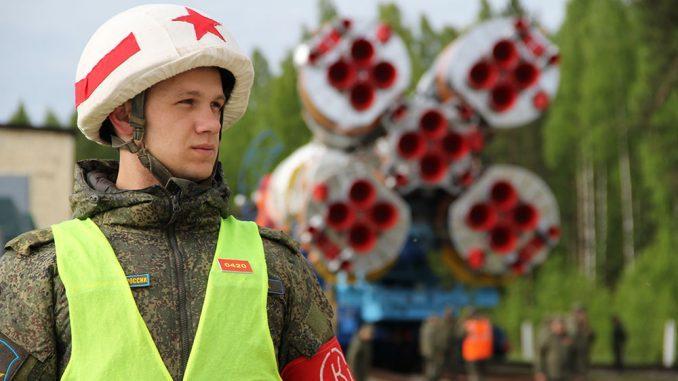 Фоторабота капитана Романа Габова (г. Мирный) «Я служу в Космических войсках!».