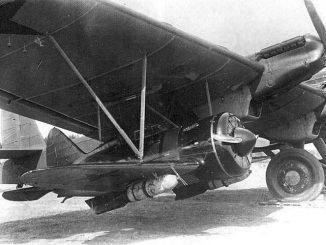 Тяжёлый советский бомбардировщик ТБ-3 с двумя истребителями И-16.