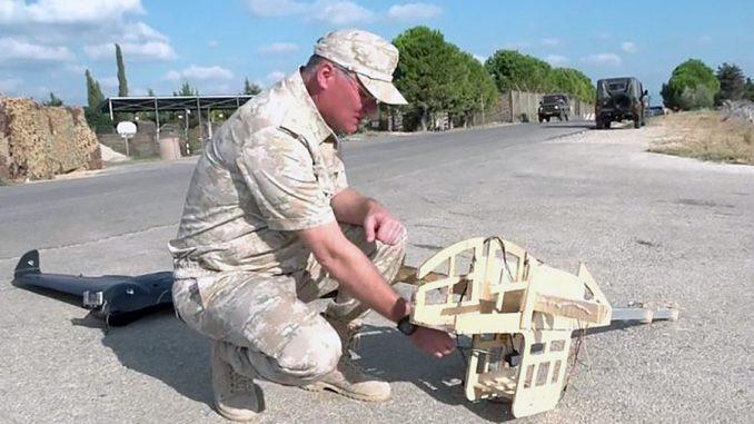 Официальный представитель Министерства обороны России генерал-майор Игорь КОНАШЕНКОВ демонстрирует сбитые над Хмеймимом беспилотники.