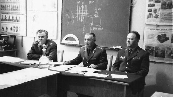 Полковник Х.И. Болотов (слева) многое сделал для организации учебного процесса в КУОС.