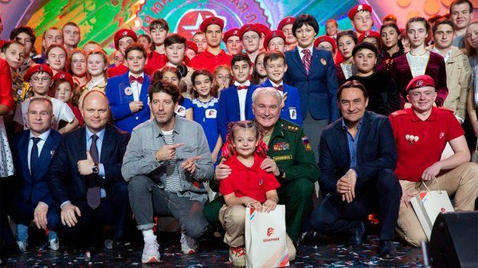 Замминистра обороны Андрей Картаполов наградил победителя первого Всероссийского фестиваля юнармейской лиги КВН