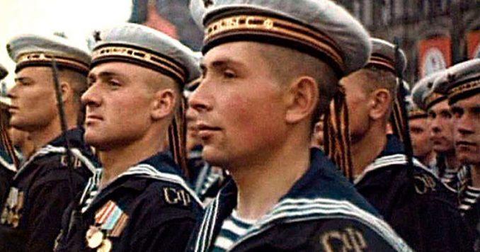 Три белых полоски украшают воротники матросов Российского флота. Это символы побед наших отважных флотоводцев при Синопской бухте, у Чесмы и у Гангута.