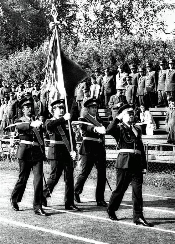 Внос Боевого знамени академии перед новым учебным годом (1970-е гг.).