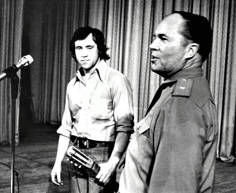 В.С. Высоцкий и генерал-майор П.А. Загайный в Доме офицеров академии (19.06.1975 г.).