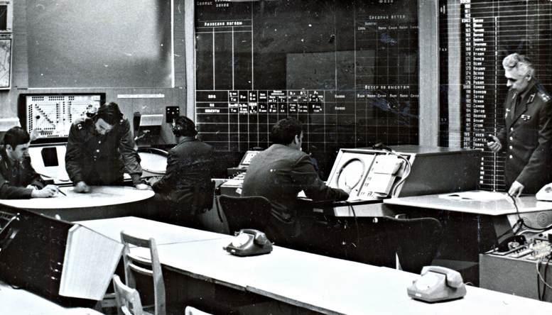Занятия на учебном командном пункте проводит полковник М.Н. Панченко (1980-е гг.).