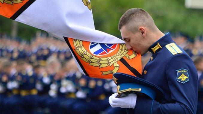 Лейтенант-выпускник прощается с Боевым Знаменем академии.
