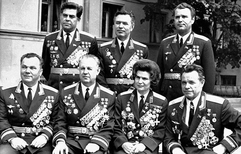 Созвездие Героев в ВВА (слева направо 1-й ряд И.Н. Кожедуб, А.Н. Ефимов, В.Н. Терешкова, П.С. Кутахов; 2-й ряд Г.Т. Береговой, Н.М. Скоморохов, В.А. Шаталов (1980-е гг.)).