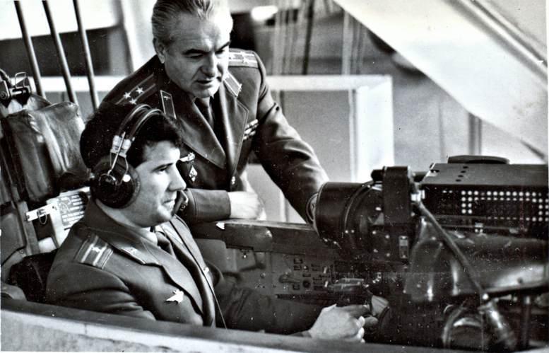 Занятия на авиационном тренажёре проводит полковник М.Ф. Тимохин (1980-е гг.).