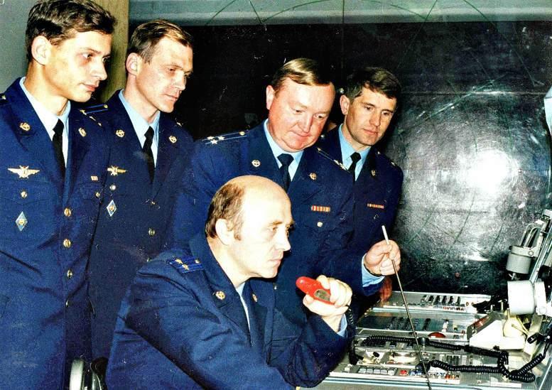 Занятия на автоматизированном учебном комндном пункте проводит полковник А.Н. Воронов (конец 1990-х гг.).